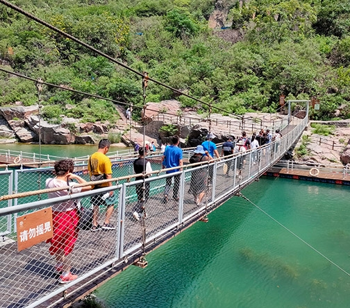 水上木质吊桥