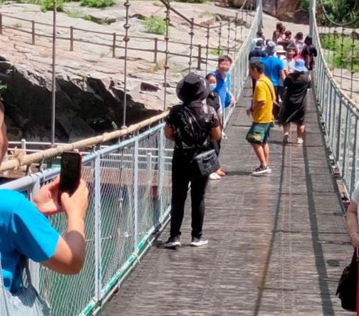 高空木质吊桥